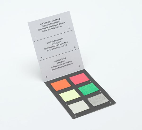 Karton mit Leuchtfarben