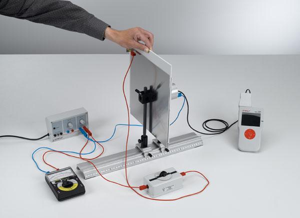 Messung der Feldstärke in einem Plattenkondensator in Abhängigkeit vom Dielektrikum