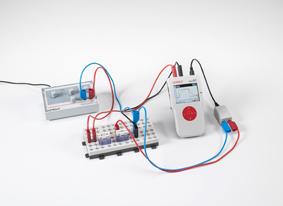 Laden und Entladen eines Kondensators beim Ein- und Ausschalten von Gleichspannung - Messung mit Mobile-CASSY